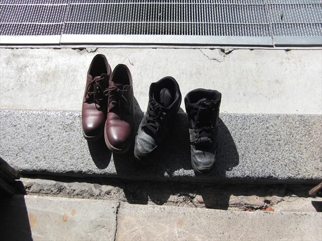 靴を脱ぎます